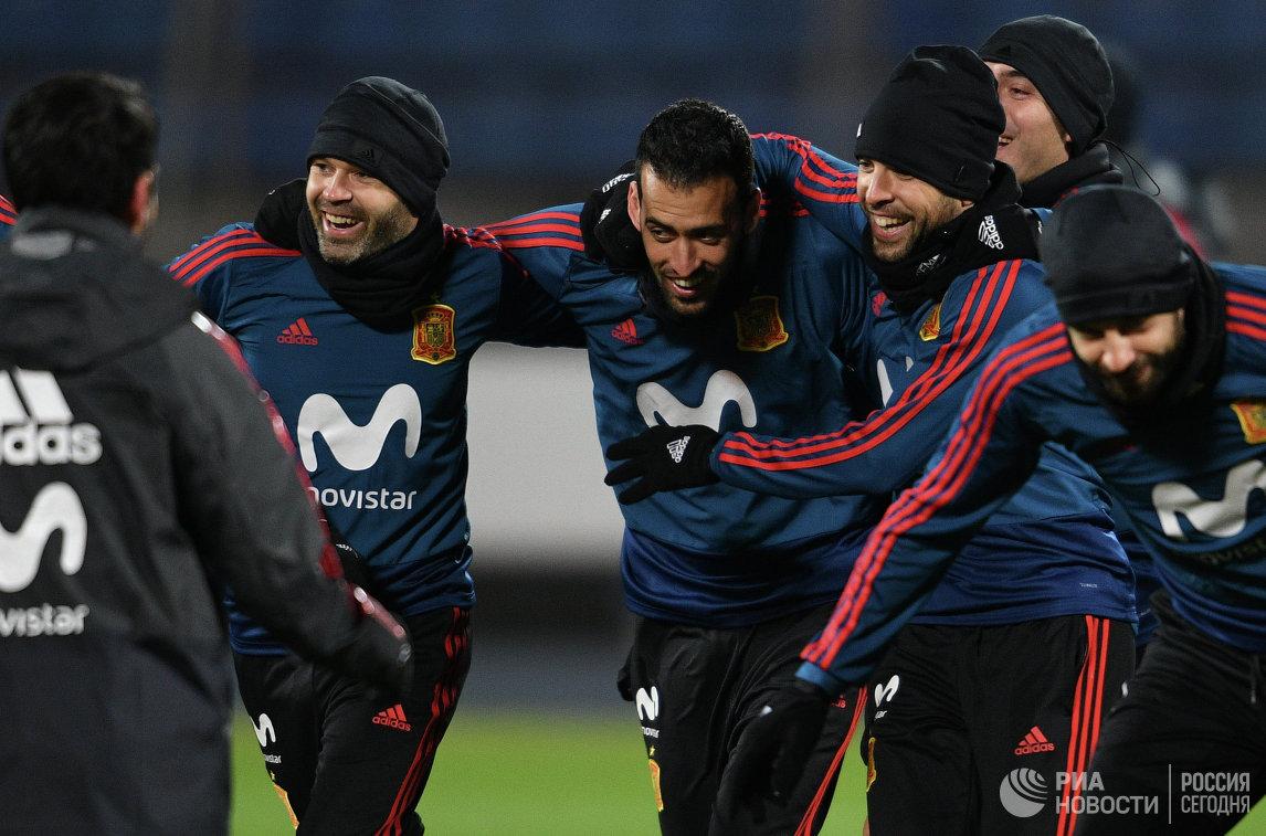 Футболисты сборной Испании по футболу Андрес Иньеста, Серхио Бускетс и Хорди Альба (слева направо)