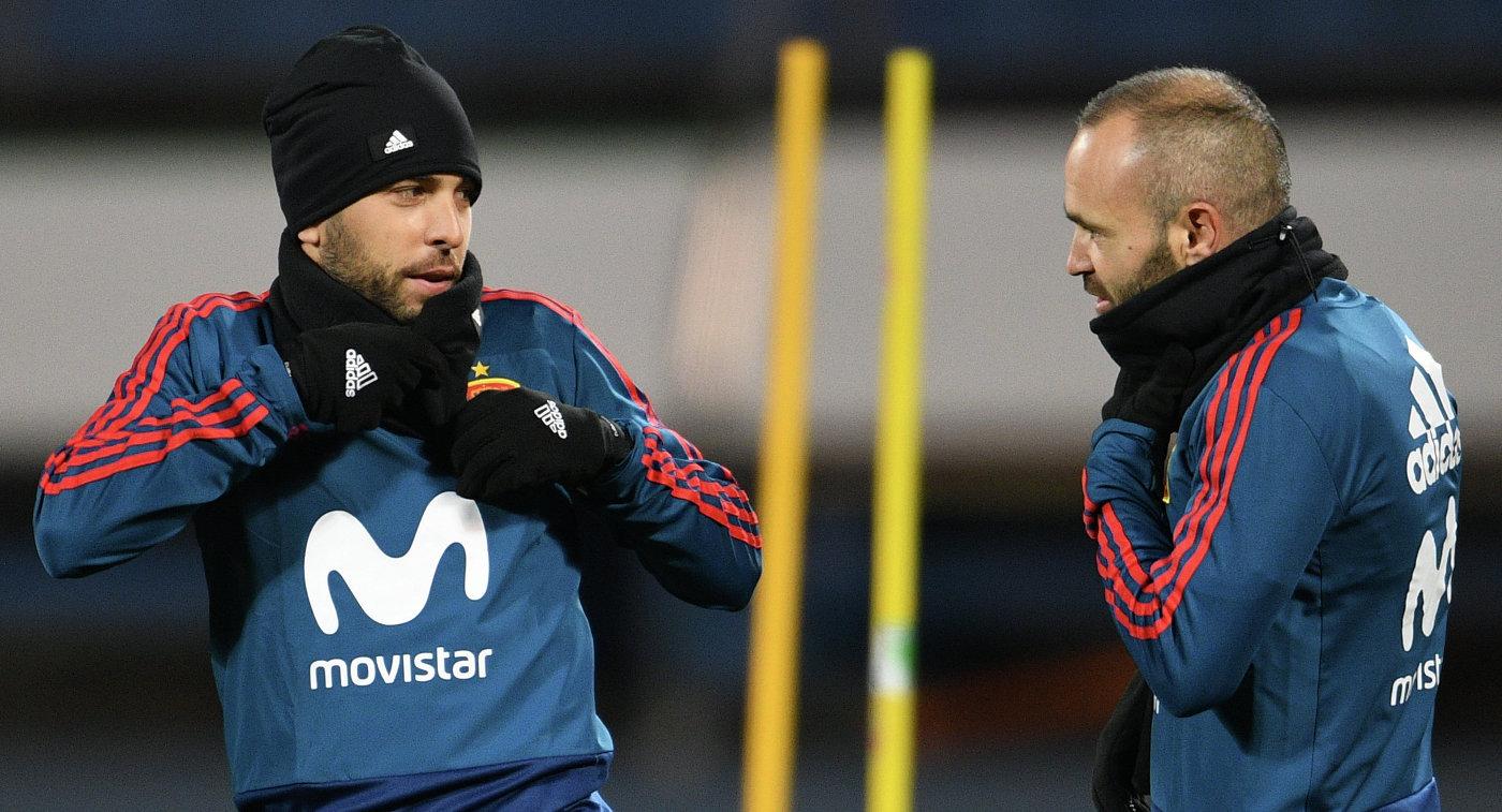 Футболисты сборной Испании по футболу Хорди Альба (слева) и Андрес Иньеста