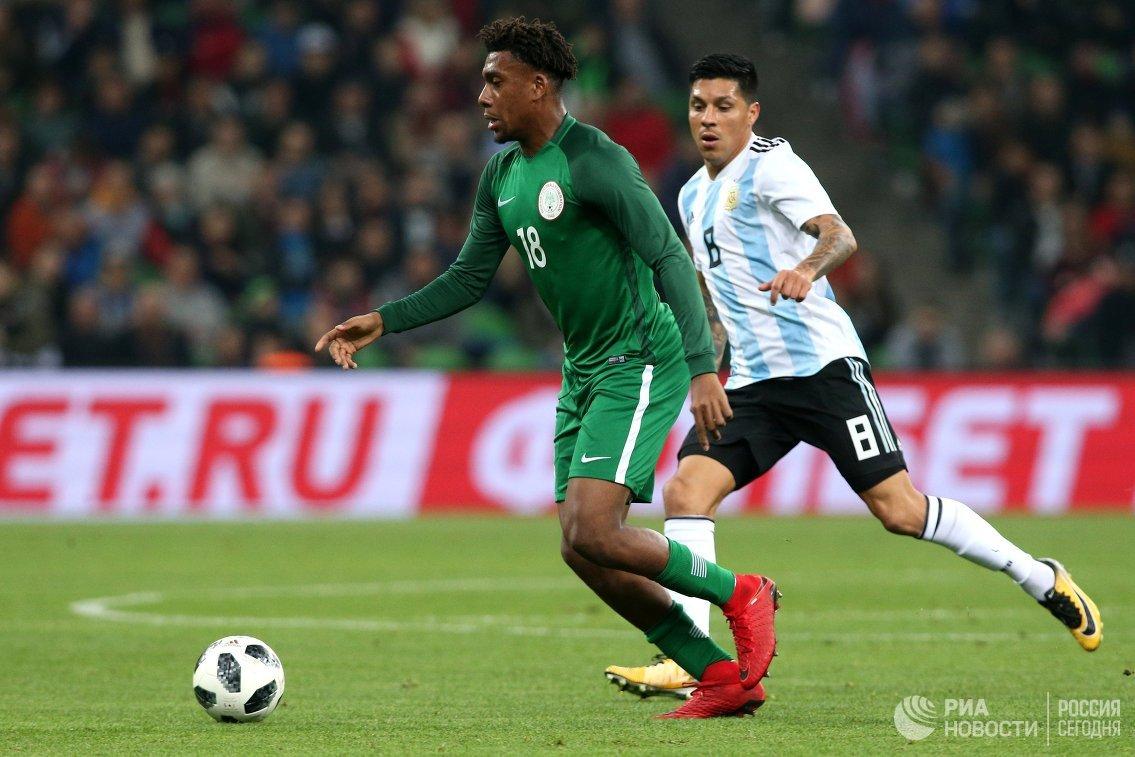 Форвард сборной Нигерии Алекс Ивоби и полузащитник сборной Аргентины Энцо Перес (справа)