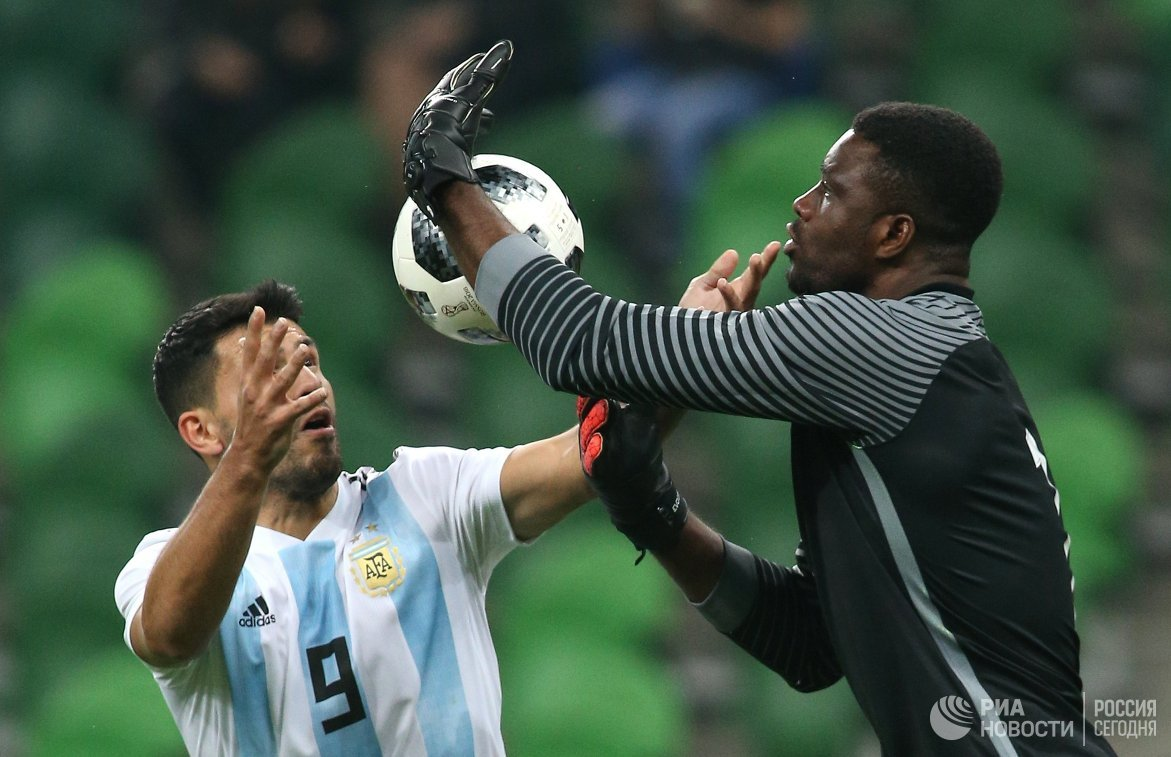 Форвард сборной Аргентины Серхио Агуэро и вратарь сборной нигерии Дэниэл Акпейи (слева направо)