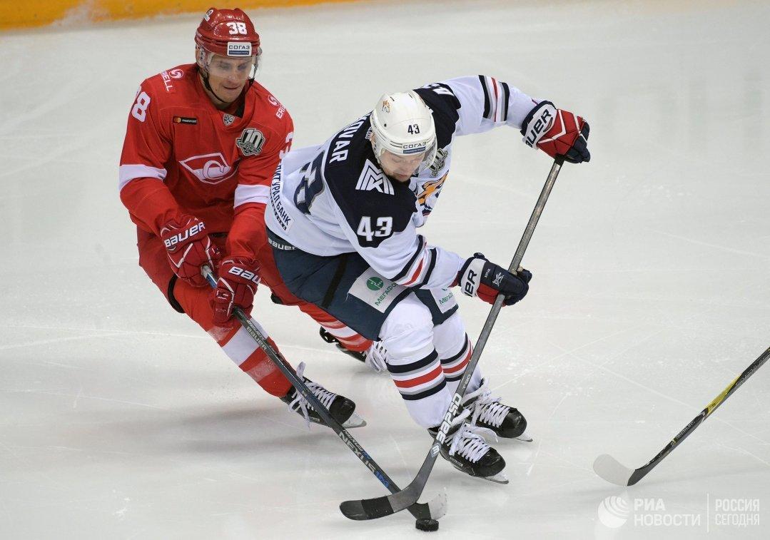 Нападающий Спартака Виктор Бобров (слева) и форвард Металлурга Ян Коварж