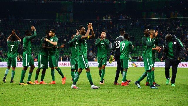 Футболисты сборной Нигерии радуются победе