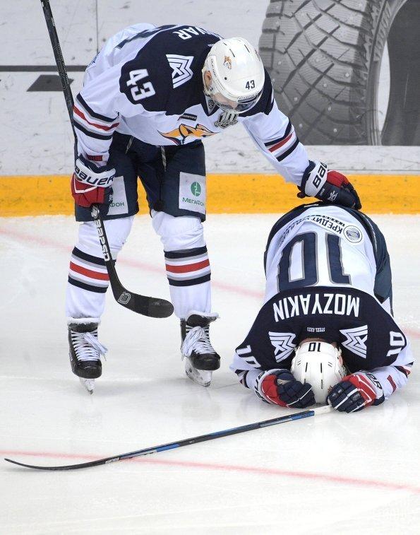 Хоккеисты Металлурга Ян Коварж (слева) и Сергей Мозякин