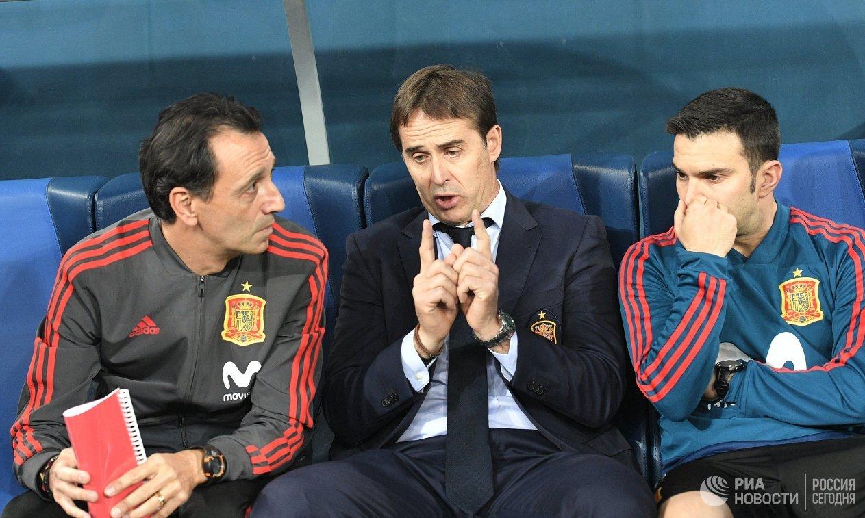 Главный тренер сборной Испании Хулен Лопетеги (в центре)