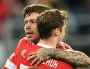 Футболисты сборной России Фёдор Смолов и Алексей Миранчук (справа) радуются забитому мячу
