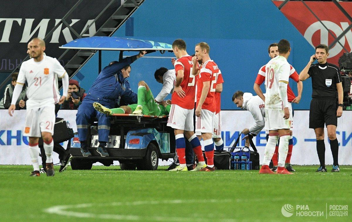 Врачи оказывают помощь вратарю сборной России Андрею Лунёву