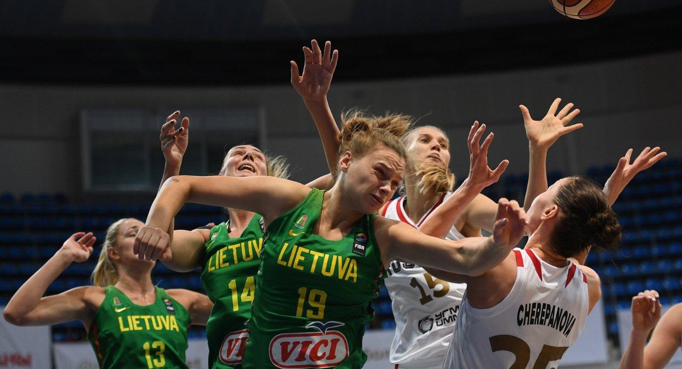 Игровой момент матча женских сборных России и Литвы