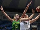 Центровая сборной России Мария Вадеева (справа) и центровая сборной Литвы Гинтаре Петроните