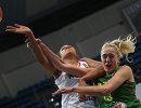 Форвард сборной России Майга Жосселина (слева) и центровая сборной Литвы Гинтаре Петроните