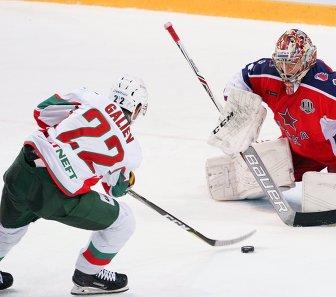 Форвард Ак Барса Станислав Галиев (слева) и вратарь ЦСКА Илья Сорокин