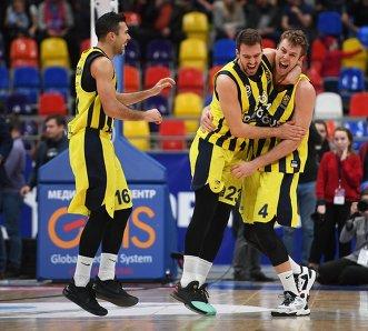 Баскетболисты Фенербахче Костас Слукас, Марко Гудурич и Николо Мелли (слева направо)