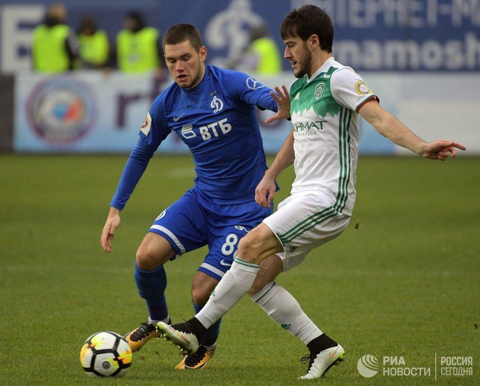 Полузащитник Динамо Александр Ташаев (слева) и защитник Ахмата Ризван Уциев