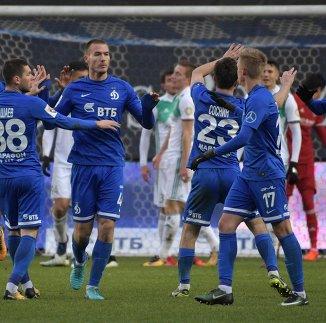 Футболисты Динамо радуются забитому мячу