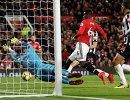Полузащитник Манчестер Юнайтед Поль Погба (слева) забивает мяч
