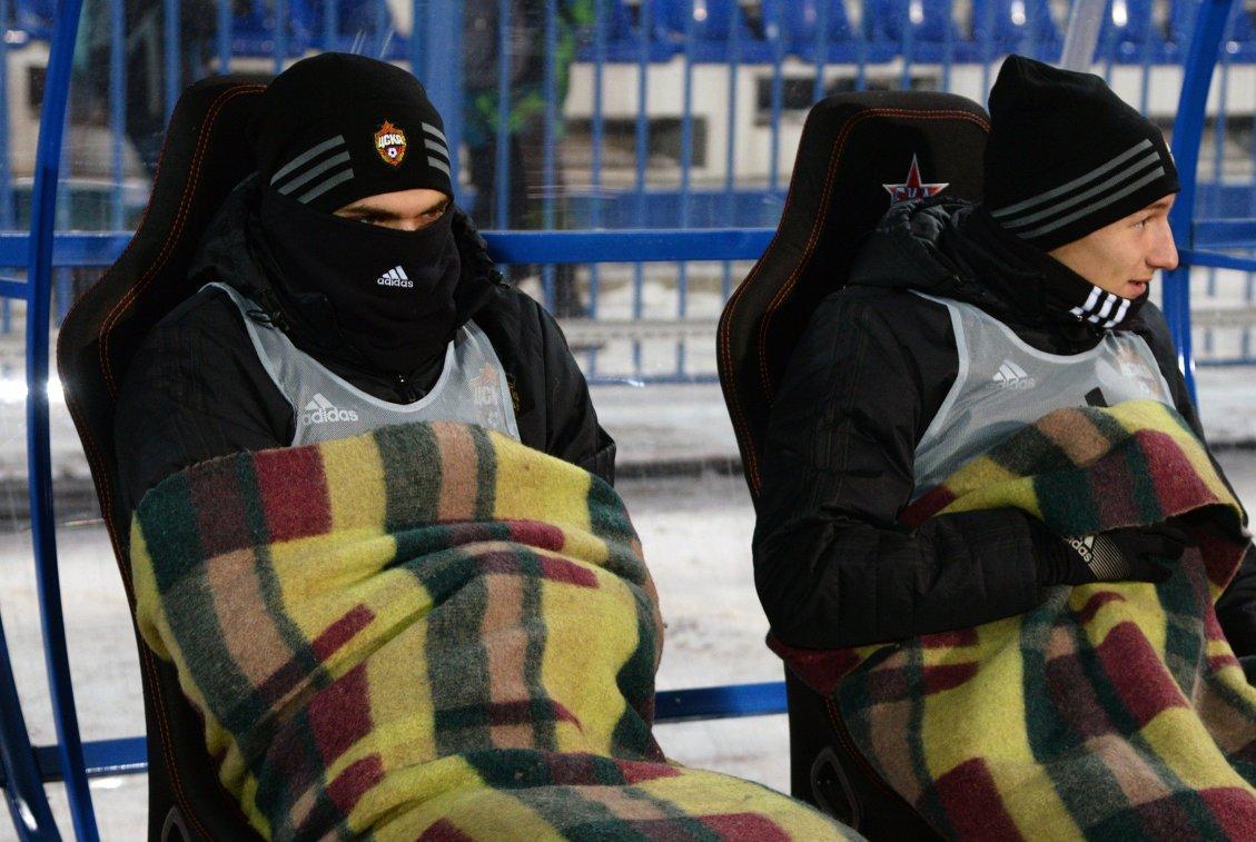 Нападающий ПФК ЦСКА Фёдор Чалов (справа) на скамейке запасных во время матча 17-го тура против ФК СКА-Хабаровск
