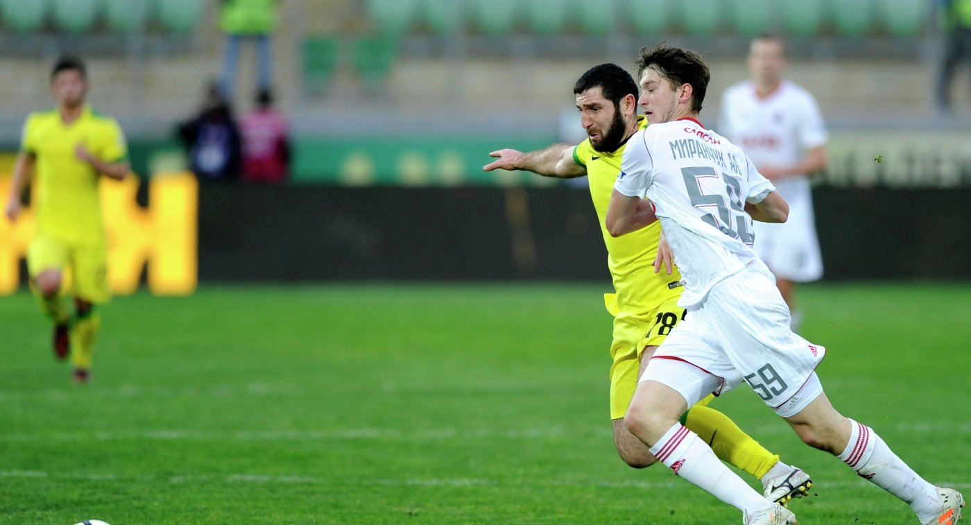 Хавбек Анжи Михаил Бакаев (слева) и полузащитник Локомотива Алексей Миранчук