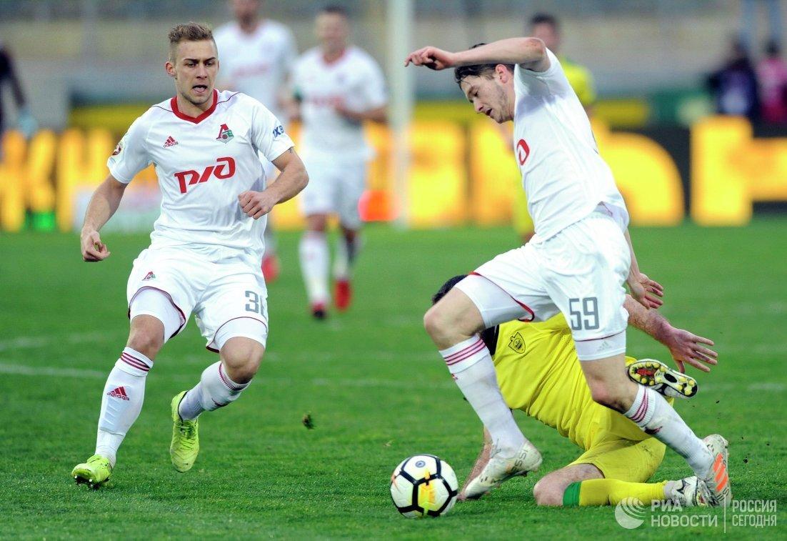 Футболисты Локомотива Дмитрий Баринов и Алексей Миранчук (справа)