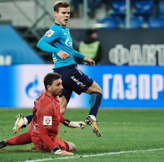 Вратарь ФК Тосно Давид Юрченко (слева) и форвард ФК Зенит Александр Кокорин