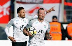 Игроки ФК Тосно Евгений Марков (слева) и Антон Заболотный