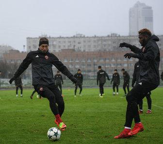 Футболисты ЦСКА Василий Березуцкий (слева) и Аарон Оланаре