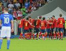 Игроки сборной Испании радуются забитому голу