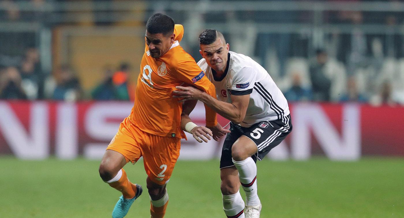 Защитник Порту Макси Перейра и защитник Бешикташа Пепе (слева направо)