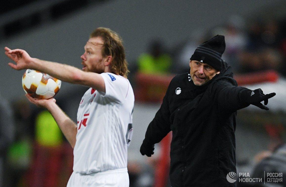 Защитник Локомотива Виталий Денисов (слева) и главный тренер Копенгагена Столе Сольбаккен