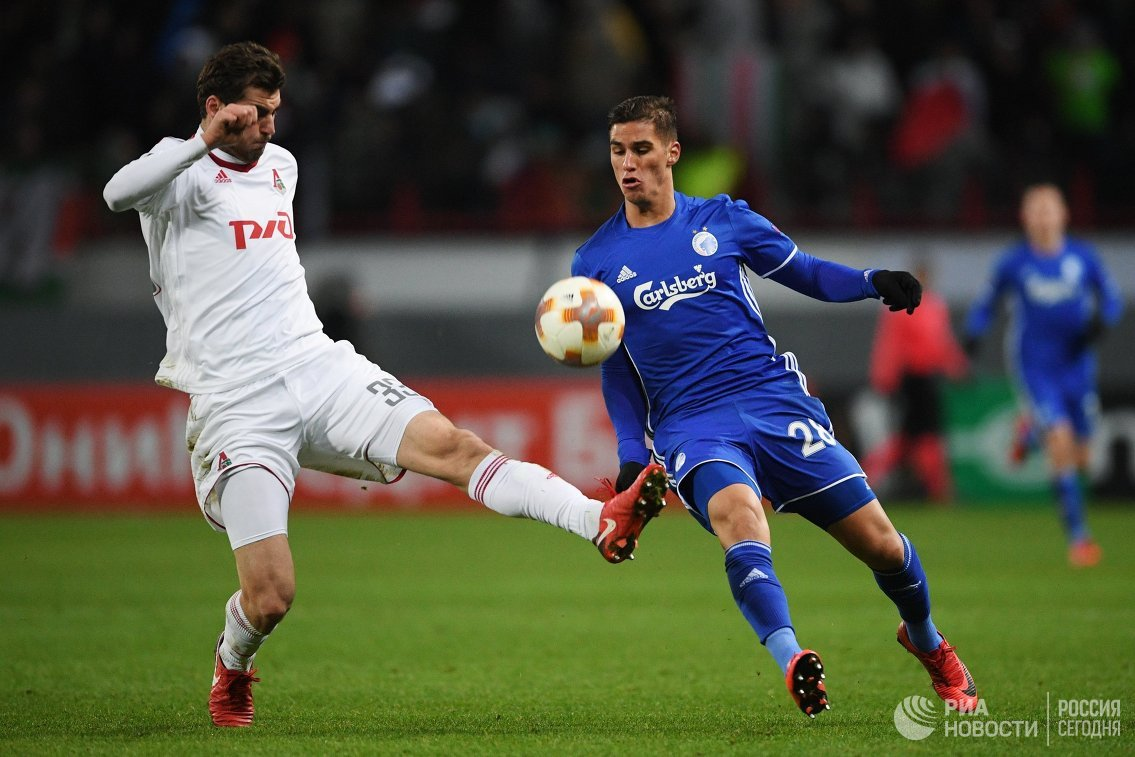 Защитник Локомотива Соломон Кверквелия (слева) и форвард Копенгагена Пиерос Сотириу