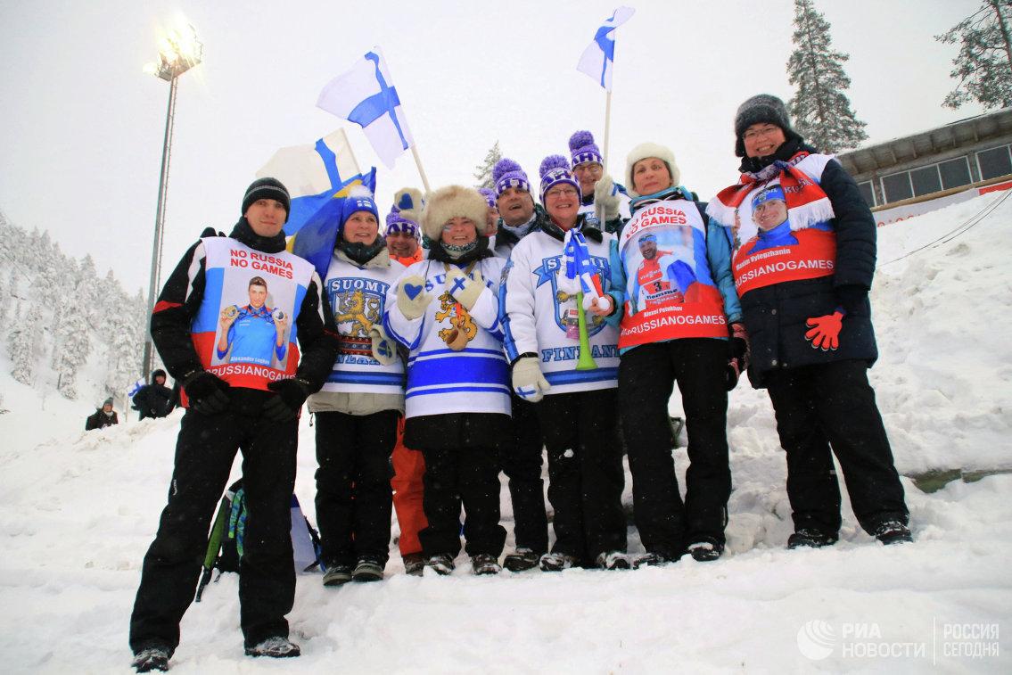 Российские и финские болельщики, участвующие в акции в поддержку отстраненных российских лыжников