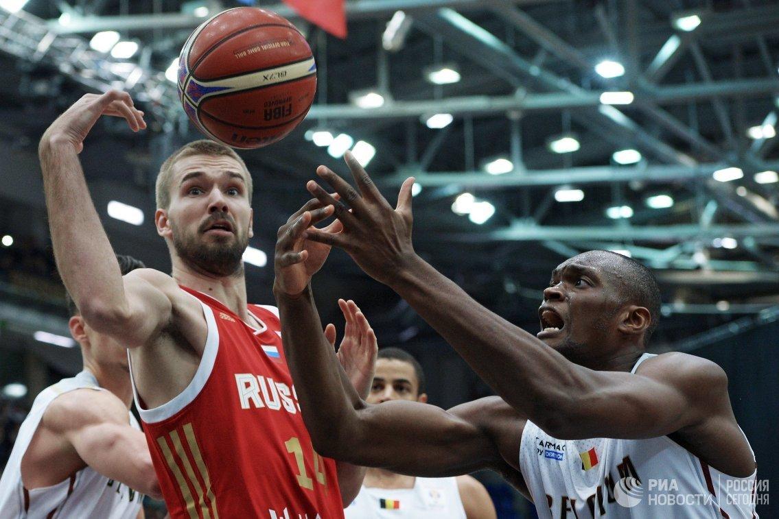 Центровой сборной Бельгии Кевин Тумба и центровой сборной России Никита Балашов (справа налево)
