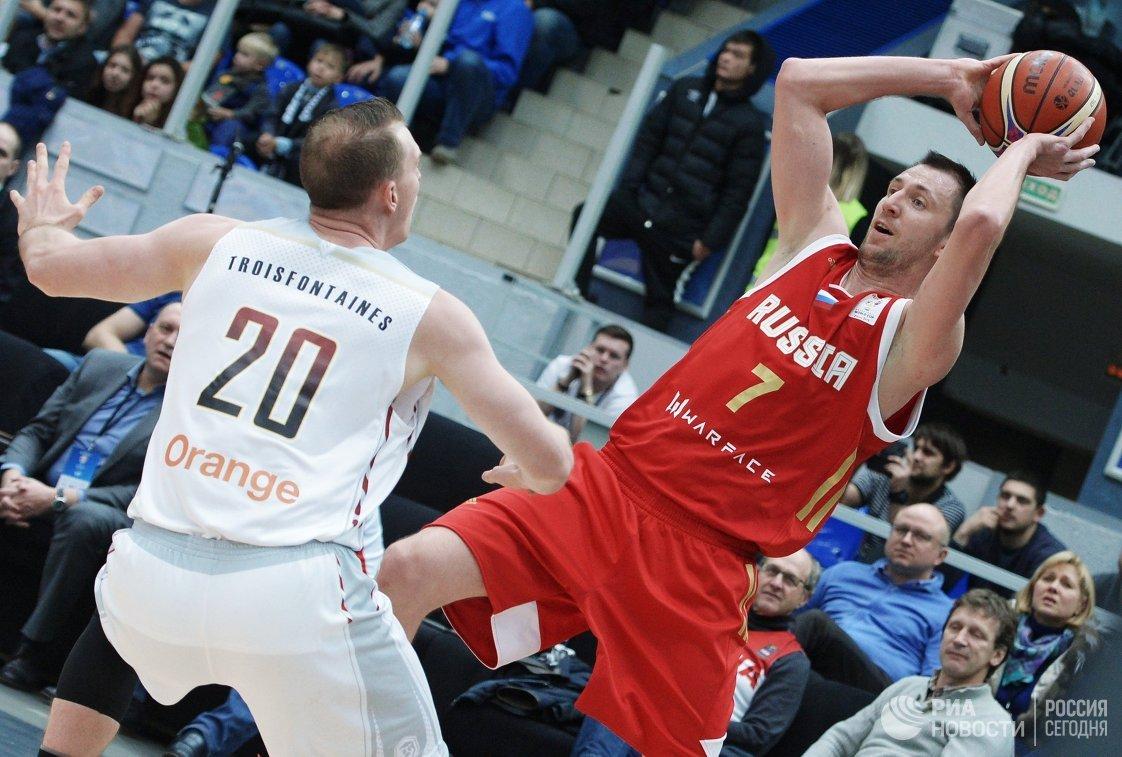 Защитник сборной Бельгии Оливье Тройсофонтайнес (слева) и защитник сборной России Виталий Фридзон