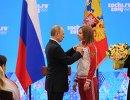 Президент России Владимир Путин и бронзовый призер Олимпийских игр в скелетоне Елена Никитинады в Сочи