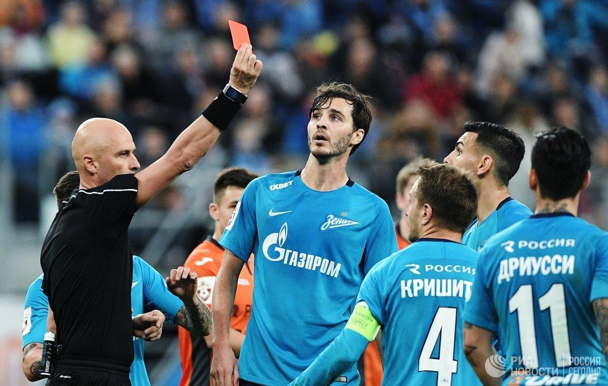 Главный судья Сергей Карасёв показывает красную карточку защитниук Зенита Доменико Кришито