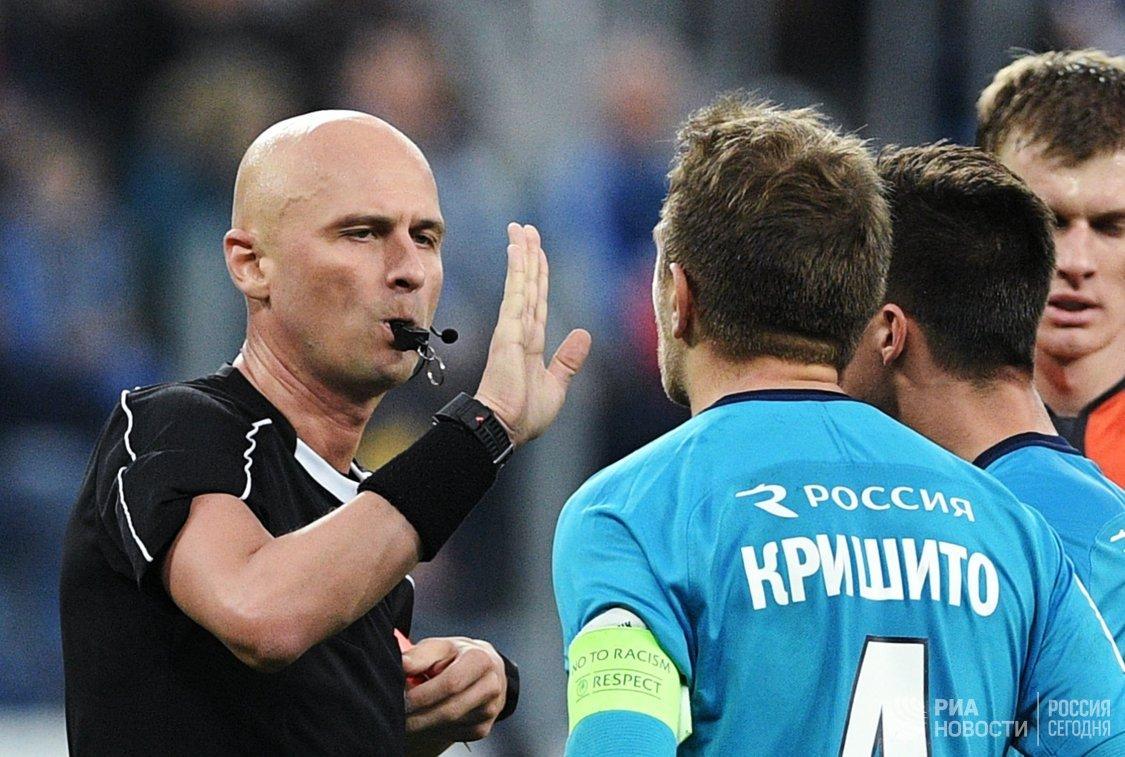 Главный судья Сергей Карасёв и защитник Зенита Доменико Кришито (справа)