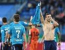Футболисты Зенита радуются забитому мячу Александра Кокорина (справа)