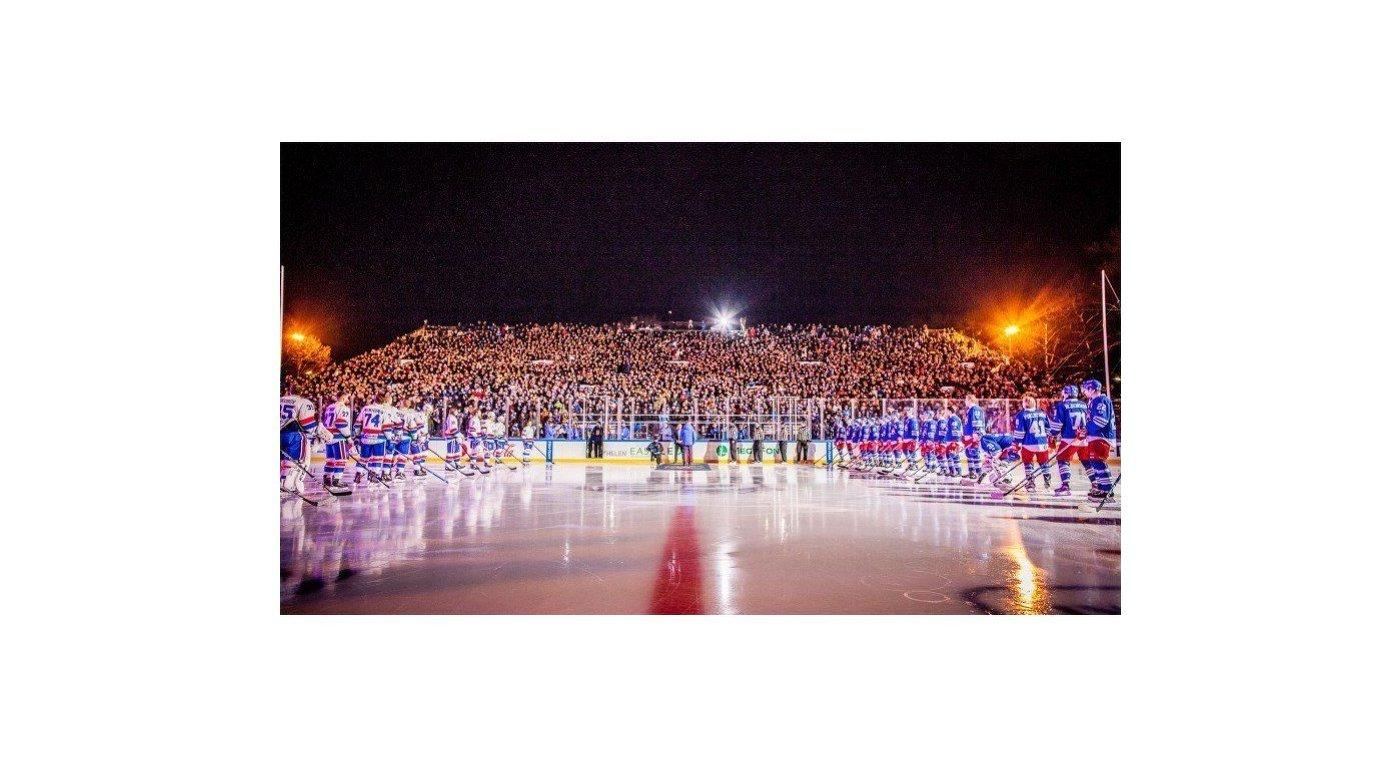 Хоккеисты Йокерита и СКА перед началом матча под открытым небом