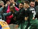 Футболисты Краснодара радуются забитому мячу Жоаозиньо (слева)