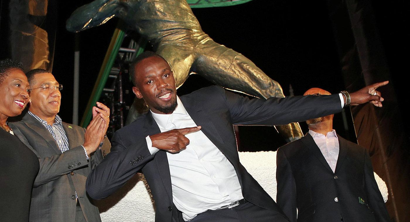 Ямайский спринтер Усэйн Болт во время церемонии открытия статуи в его честь