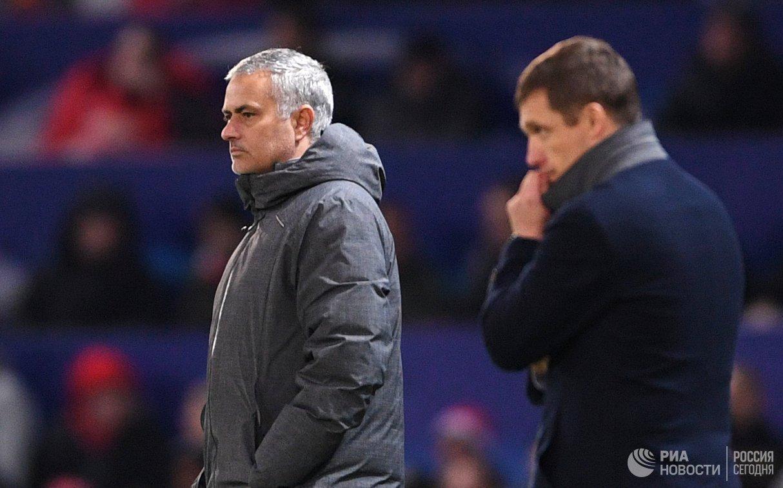 Главный тренер Манчестер Юнайтед Жозе Моуринью (слева)