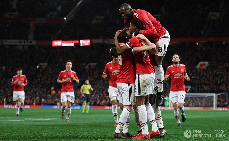 Футболисты Манчестер Юнайтед радуются забитому мячу Ромелу Лукаку (вверху)