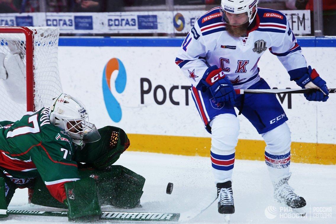 Вратарь ХК Ак Барс Эмиль Гарипов (слева) и нападающий ХК СКА Патрик Торесен