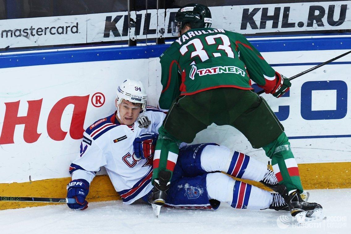 Нападающий ХК СКА Александр Барабанов (слева) и защитник ХК Ак Барс Альберт Яруллин