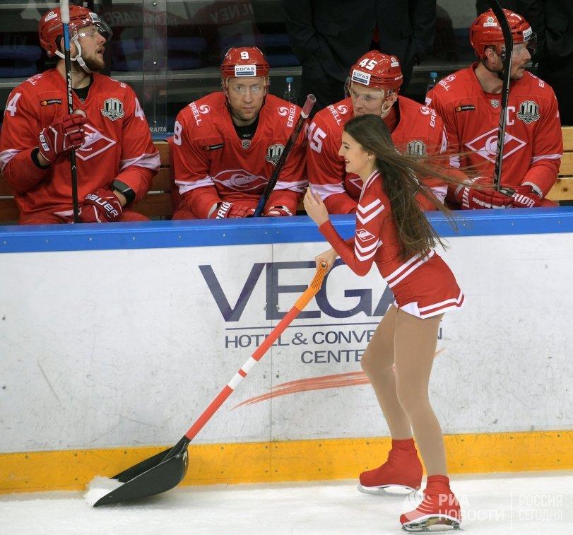 Девушка убирает лед в перерыве матча регулярного чемпионата Континентальной хоккейной лиги между ХК Спартак (Москва) и ПХК ЦСКА (Москва)
