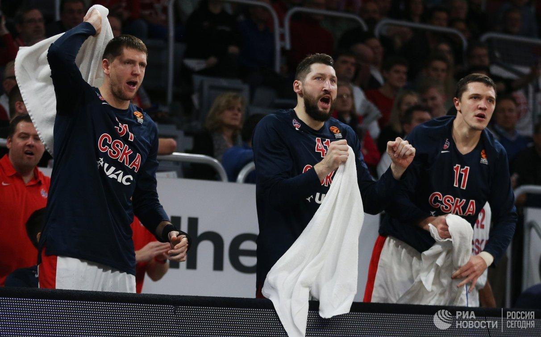 Баскетболисты ЦСКА Виктор Хряпа, Никита Курбанов и Семён Антонов (слева направо)