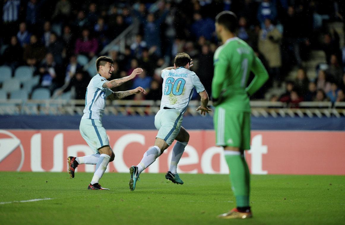 Футболисты Зенита Эмилиано Ригони и Бранислав Иванович (справа) радуются забитому мячу