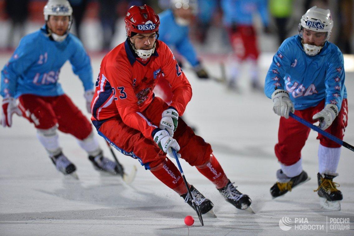 Игрок сборной России по хоккею с мячом Евгений Дергаев (в центре)
