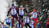 Биатлонистка сборной России Виктория Сливко (слева на первом плане)