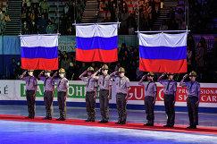 Российские флаги на церемонии награждения призеров финала юниорского Гран-при по фигурному катанию у одиночниц