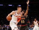 Баскетболист Нью-Йорк Никс Кристапс Порзингис (слева)