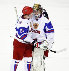 Хоккеисты молодежной сборной России Евгений Кузнецов (слева) и Андрей Василевский (2012 год)